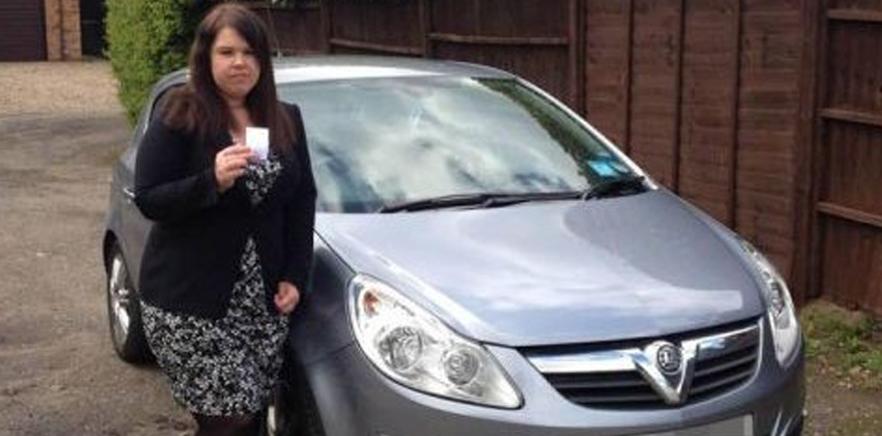 Britânica fica chocada ao ler bilhete deixado no vidro do carro