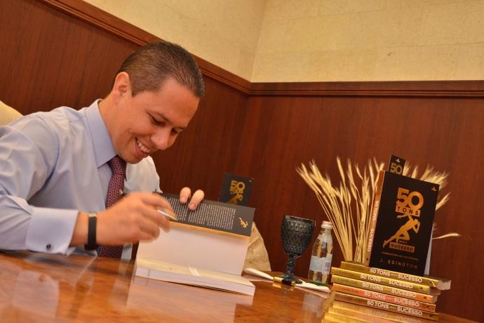 """Livro """"50 tons para o sucesso"""" é lançado no Templo de Salomão"""