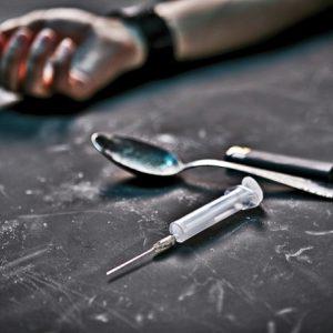 Menina filma pais sofrendo overdose de heroína