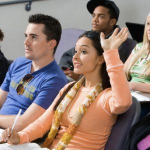 Estudantes saem da igreja durante a universidade