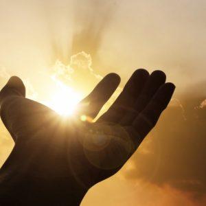Entenda o poder das mãos de Deus na vida de uma pessoa